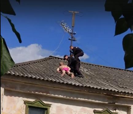 В Кургане полицейские гонялись за полуголым мужчиной по крыше двухэтажки